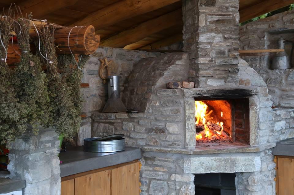 Πέτρινο τζάκι λειτουργικός φούρνος