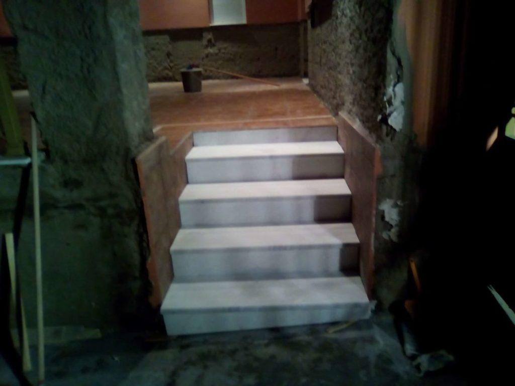 μικρή εσωτερική ξυλινη σκαλα