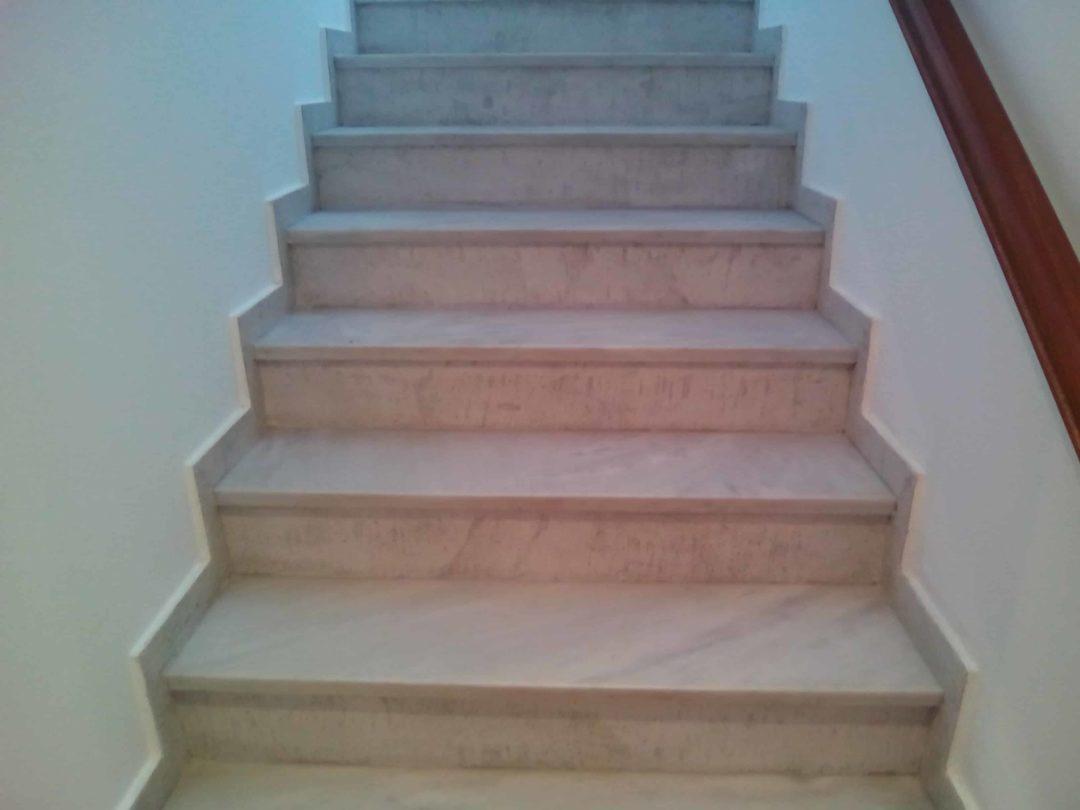 σκάλες πολυκατοικίας με πατητή τσιμεντοκονία